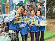 渣打馬拉松今年新增親子跑,82歲的張婆婆(右二)與女兒林太(右一)、女婿林生(左一)和12歲孫女(左二)「三代同堂」參賽。(徐紹軒攝)