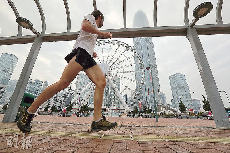 渣打香港馬拉松明晨凌行,當日氣溫預計13℃至19℃,港大篩查發現一成準跑手有心血管問題,以往有研究顯示寒冷會增加心臟病發,醫生提醒跑手應注意保暖,特別是起跑前及完成賽事後可穿上外套。(李紹昌攝)