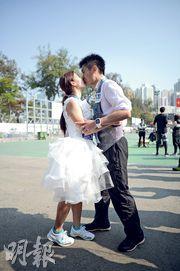 馮先生和準馮太昨穿上禮服及婚紗參與全馬賽事,兩人在終點甜蜜擁吻,慶祝他倆共同跑過第20個馬拉松賽事。(鍾林枝攝)