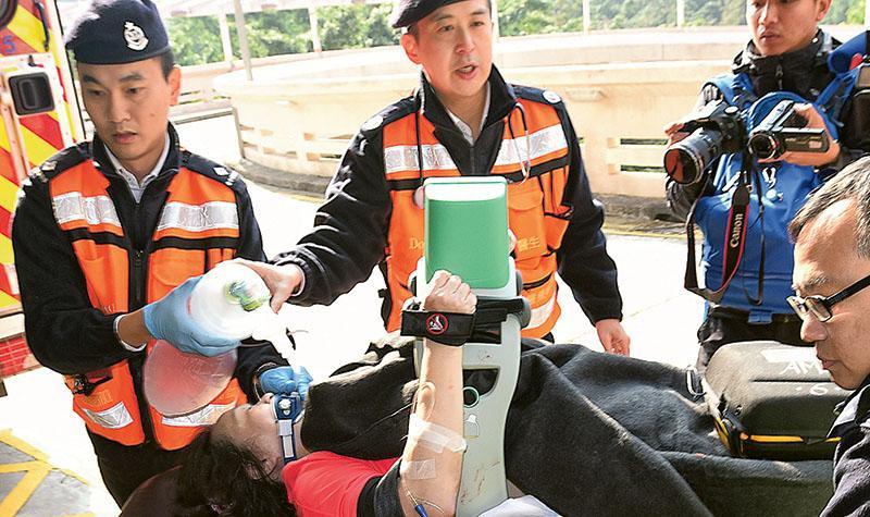 52歲女跑手在10公里賽終點前暈倒,送院時陷入昏迷,救護員用自動心肺復蘇器為她急救,她目前仍然危殆。