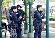 香港迪士尼樂園行政大樓昨發現可疑郵包,警方封鎖現場調查期間,一度派出反恐特勤隊到樂園外一帶巡邏(圖)。經爆炸品處理課人員檢查,證實郵包內只是玩具。(賴俊傑攝)