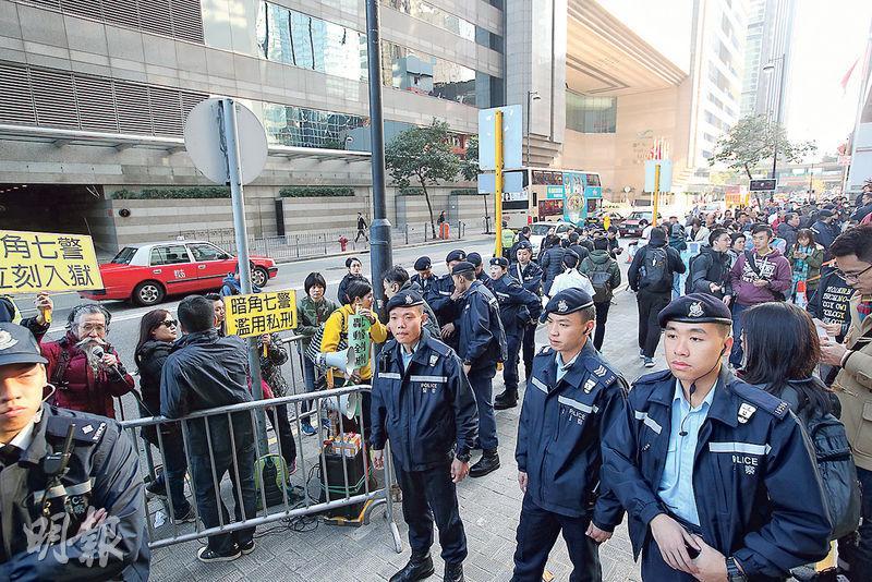 昨日法庭裁決,有大批支持和抗議七警的公眾到庭旁聽,大量警員在場隔開兩批示威者。(曾憲宗攝)