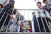 區院門外有支持警察的示威團體不滿判決,張貼印有杜大衛法官頭像的海報、海報上寫有「狗品支那官」等標語。(鍾林枝攝)