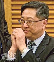 警務處長盧偉聰(圖)昨出席離島區議會會議時表示,警務人員不想成為磨心,但相信以香港現時的情况,警隊成磨心「不能避免」。(劉焌陶攝)