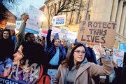 大批民眾周三在白宮外示威,抗議特朗普政府廢除「跨性別廁所令」。(路透社)