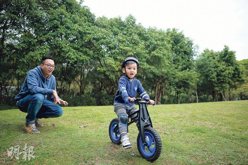 浸信會天虹小學校長朱子穎(左)昨天陪伴3歲兒子(右)踏單車,他說放假時親子應該去玩耍,讓孩子在生活體驗中認識世界。(鍾林枝攝)