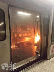 事件中被縱火的港鐵列車的車門打開;乘客逃至月台後,仍可見車廂內火光熊熊。