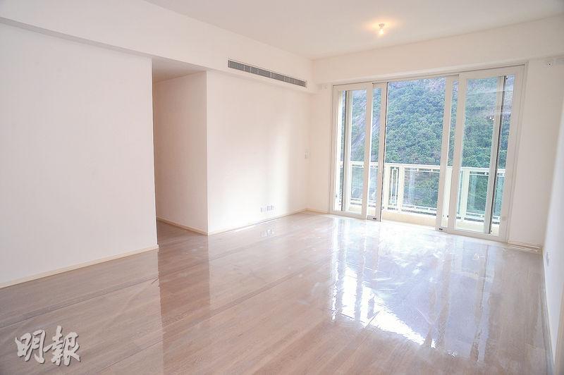 客飯廳間隔四正,連接落地玻璃及露台,可飽覽太平山翠綠山景。