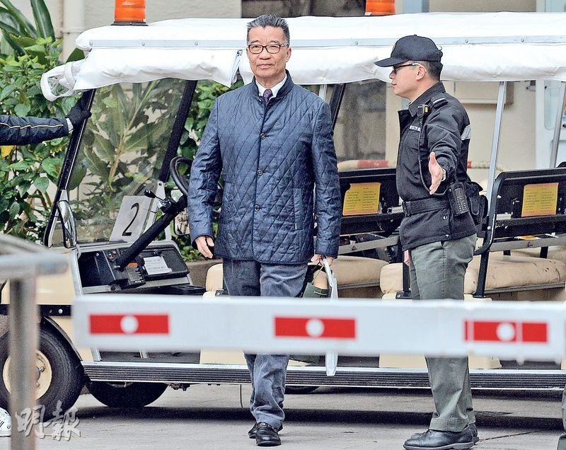 劉夢熊(左)昨早8時許在赤柱監獄坐高爾夫球車出獄,劉身穿深藍色外套,繫上深紅色領呔。對比去年2月入獄前,劉「瘦了一圈」,他對記者稱「瘦了34磅」。(鍾林枝攝)