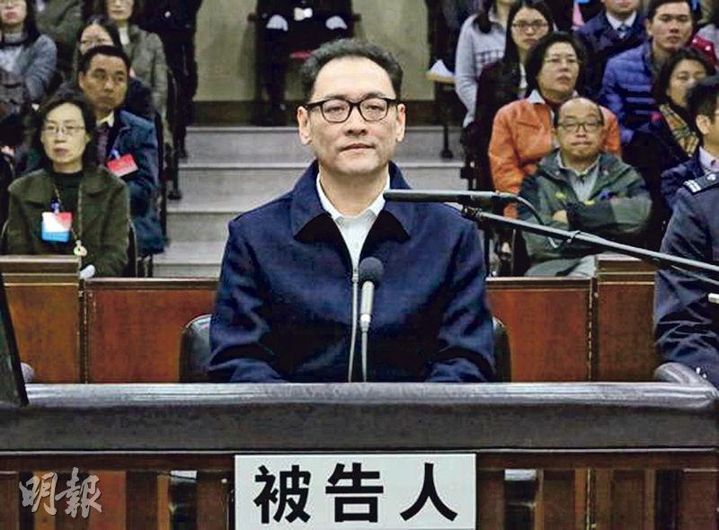 廣州市中級法院昨日一審公開開庭審理宋林貪污、受賄一案,宋林當庭表示認罪認罰。圖為宋林坐在被告席上,較過去略顯清瘦。(網上圖片)