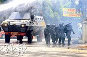 印尼萬隆政府辦公室附近發生爆炸後,警方裝甲車到場戒備。(路透社)