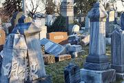 繼上周一聖路易斯歷史悠久猶太墓地逾百墓碑被毁,費城一個猶太墓地周日也遭遇同樣破壞。(路透社)