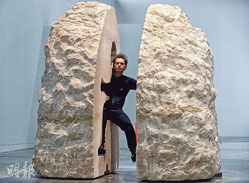行為藝術家普安謝瓦爾上周三起進入巨石內,預計明天「出關」。(路透社)