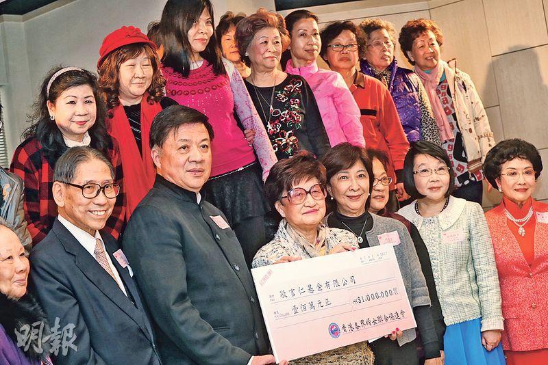 香港各界婦女聯合協進會主席林貝聿嘉(右五)昨與一眾婦協會員,向敬言仁基金主席陳亨利(左三)及基金董事會成員梁智鴻(左二)遞上100萬元捐款的支票。(李紹昌攝)