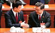 人大昨日上午在北京人民大會堂舉行第三次全體會議,聽取最高法院院長周強和最高檢察院檢察長曹建明兩人的工作報告。圖為周強(右)及曹建明兩人讀完讀告後互相握手致賀。(中新社)