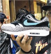 涉事的Nike Air Max 1 atmos Elephant波鞋,門市限量90對。(林智傑攝)
