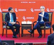 庫克(右)認為中國人較願意接受新事物,在移動支付上行得較前。(新華社)