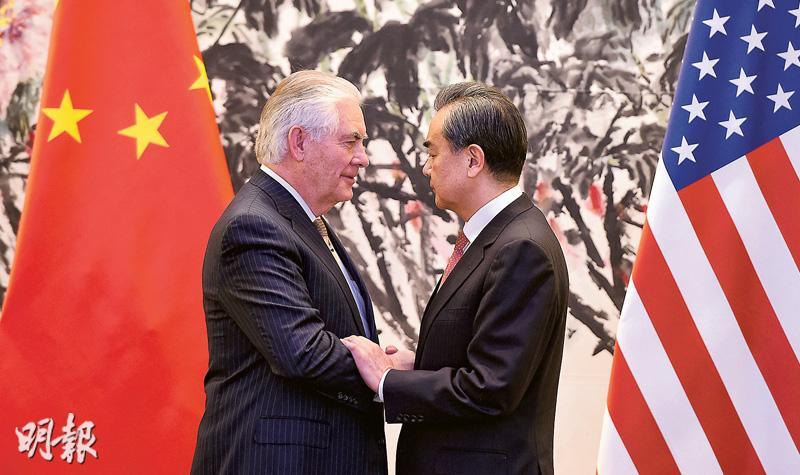 美國國務卿蒂勒森(左)昨日訪問北京,與中國外交部長王毅(右)會面,圖為雙方一同見記者後握手致意。(中新社)