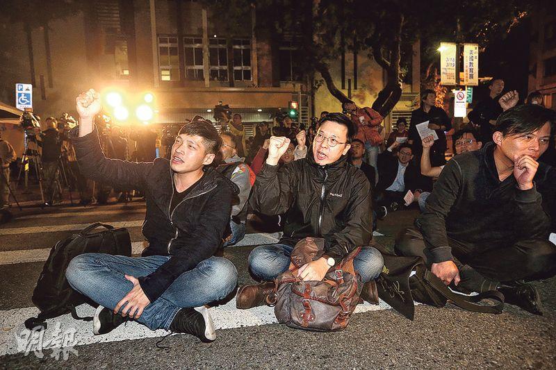 太陽花學運3周年,當年的學運領袖(左起)陳為廷、林飛帆、黃國昌再到立法院外示威。(中央社)