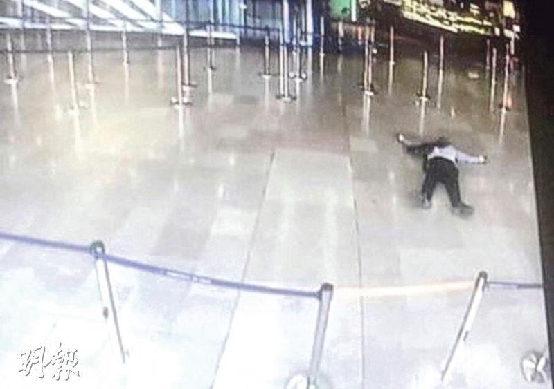 法國一家電視台的片段顯示疑犯中槍後倒臥機場內。(法新社)