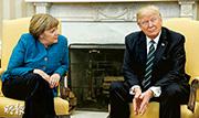 在橢圓形辦公室內,德國總理默克爾曾問特朗普要不要握手,但對方好像聽不到,完全沒有表示,場面十分尷尬。(路透社)