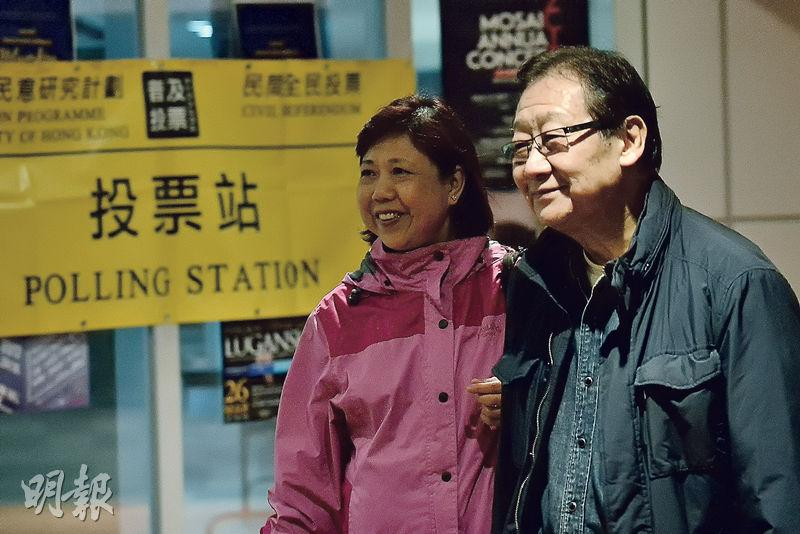 由「公民聯合行動」發起、一連10日的行政長官選舉民間全民投票昨晚11時結束,至晚上10時仍有市民陸續趕到位於香港大學的實體票站投票,包括本地知名導演張同祖(右)。(楊柏賢攝)