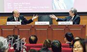 法律界選委昨晚舉行特首選舉論壇,候選人曾俊華(右)和胡國興(左)都有出席,林鄭月娥則未有現身,主辦單位在台中放置一張空櫈,枱上放上「Carrie Lam(林鄭月娥)」的名牌。(楊柏賢攝)