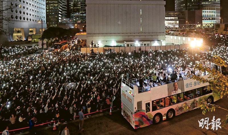 曾俊華昨最後衝刺,巡遊港島區造勢,晚上於中環愛丁堡廣場舉辦集會。他在雙層開篷巴士上發言,指附近為曾經發生佔領行動的龍和道及干諾道,他期盼昨晚的集會能為該處賦予新的意義,希望市民記得大家曾相聚於此,為更團結的香港作出祝願。在場市民紛紛亮起手機燈,並高叫「票投一號」及「曾俊華加油」等口號,以示支持。(李紹昌攝)