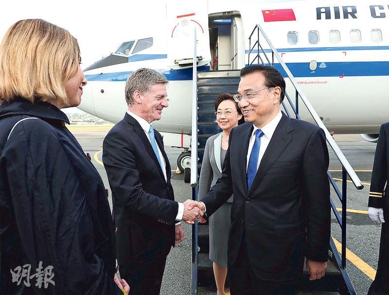 國務院總理李克強(右)昨日抵達新西蘭惠靈頓國際機場,開始正式訪問新西蘭,預計將簽署雙邊合作文件。圖為新西蘭總理英格利希(左二)到場接機。(新華社)