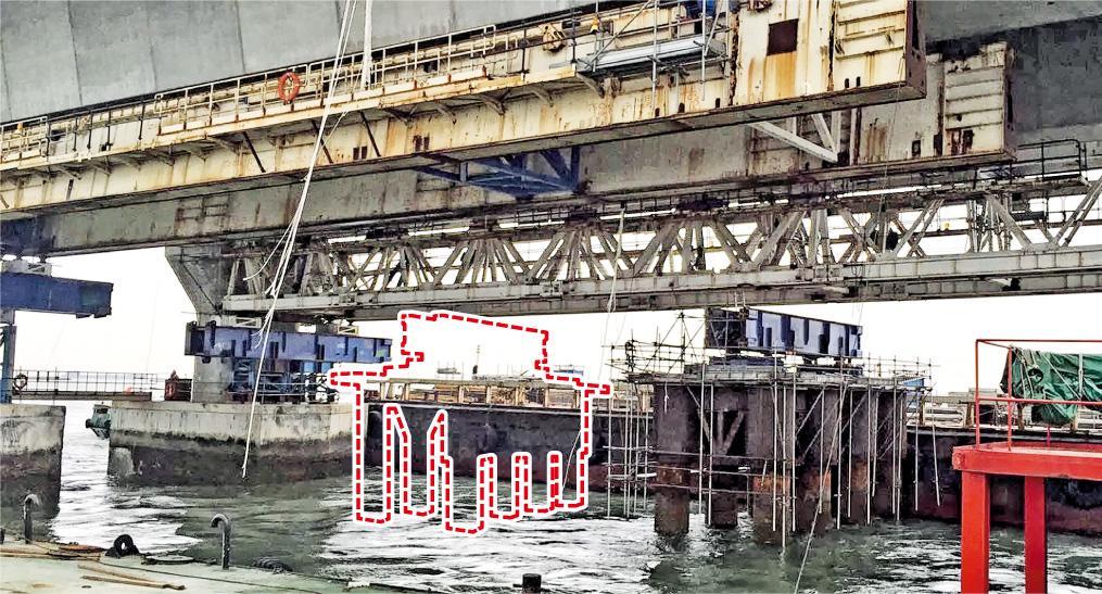 原吊着工作台的飛機帶斷開後在橋底隨風飄揚。該處橋底原有兩個同類工作台,其中事發一個(紅色虛線)沉入海中,留下圖右的一個。(周聯僑提供)