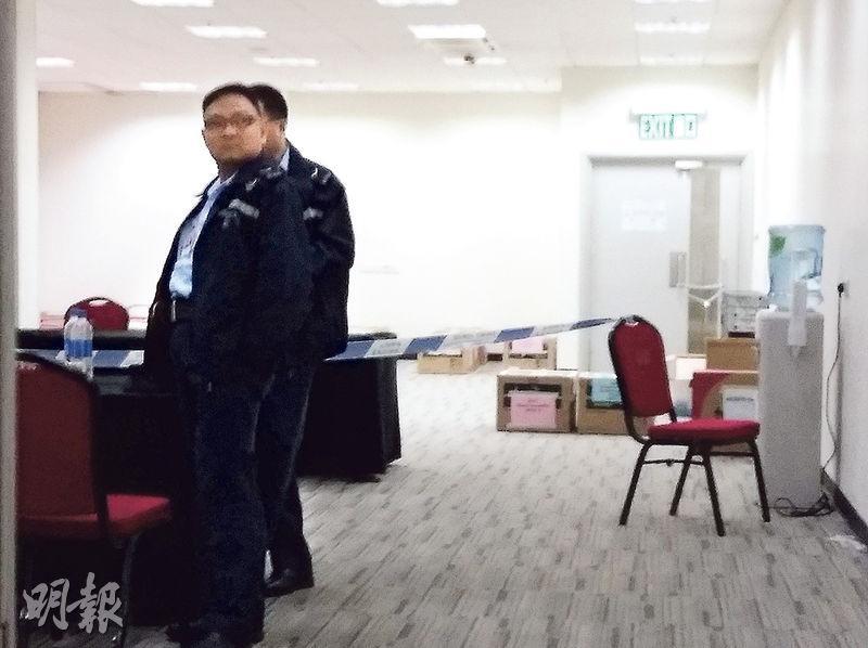 據了解,警方經初步調查及翻查亞洲國際博覧館案發房間(圖)附近的閉路電視紀錄後,暫無發現任何異樣,目前仍在為選舉事務處職員錄取口供,圖為警方前日在案發現場調查。(資料圖片)