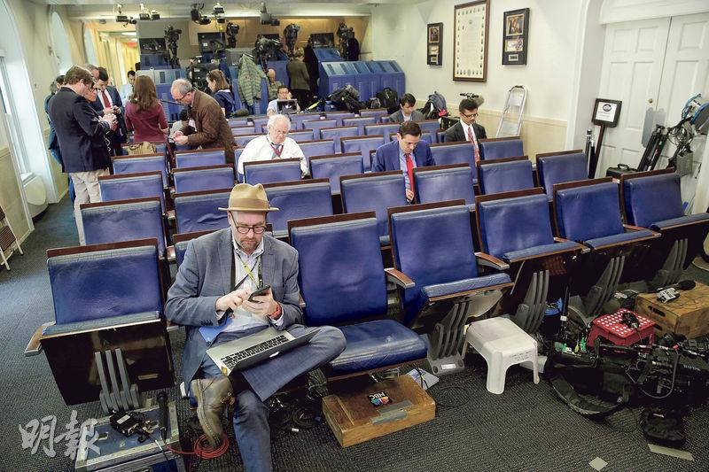上月24日,CNN、《紐約時報》、Politico等主流媒體記者被拒絕出席白宮發言人斯派塞的「吹風會」,當日《紐時》首席白宮政治特派員思拉什(前)只能逗留在白宮例行記者簡報會會場。(路透社)