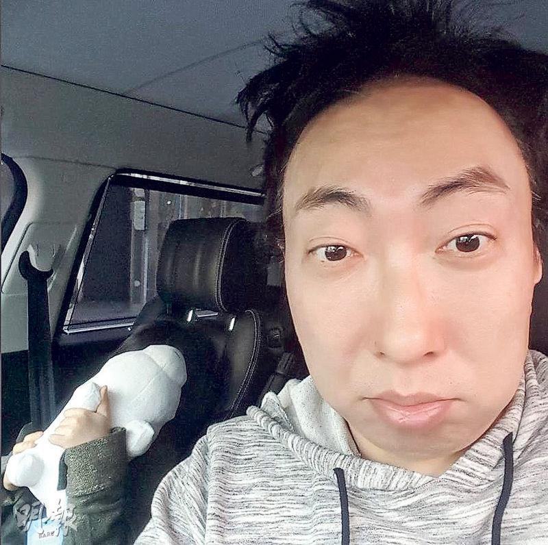 朴明洙日前公開與女兒的合照,相信當時他已得悉愛妻流產的噩耗,笑容相當勉強。