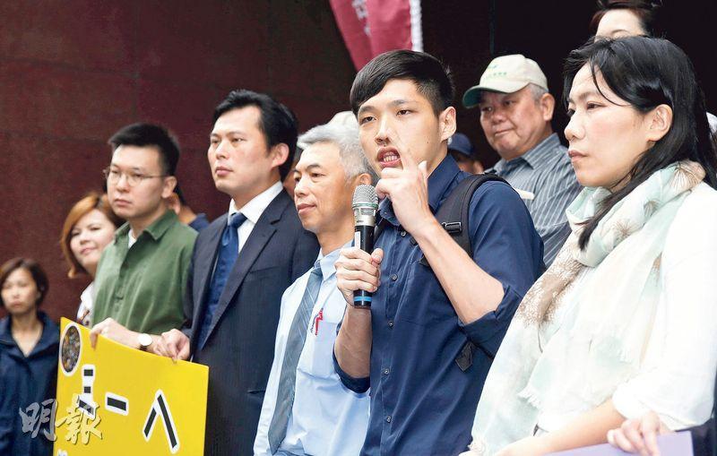 台北地方法院對「太陽花學運」22名被告做出一審無罪宣判,圖為陳為廷(前右二)發言感謝法官判決。(中新社)