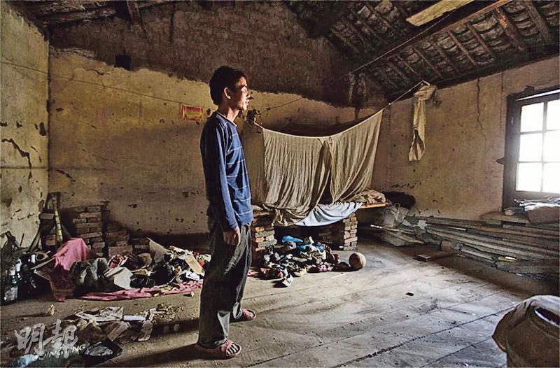 這名打工青年正準備第4次搬家。內地急速城市化,很多農民工或打工青年聚居的城邊村亦遭拆遷,搬家成為生活的一部分。由農村流動到城市,即使住到城裏,卻仍過着不穩的生活。