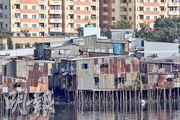 胡志明市內的高樓大廈和鐵板屋,可說是當地貧富懸殊的最佳寫照。(圖︰樂施會)