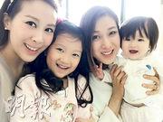 鍾嘉欣昨日帶囡囡Kelly(右二、一)約會好姊妹敘舊,曹敏莉也帶同囡囡(左一、二)現身,兩個媽咪與兩個囡囡合照,好溫馨。