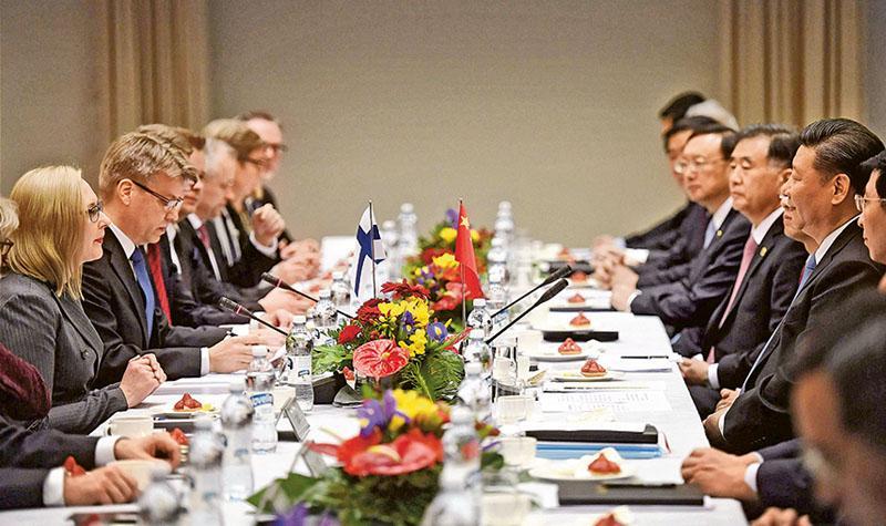 中國國家主席習近平(右二)昨日與芬蘭議長洛赫拉(Maria Lohela,左一)會談,兩國將加強立法機構交往,特別是促進青年議員交流。(法新社)