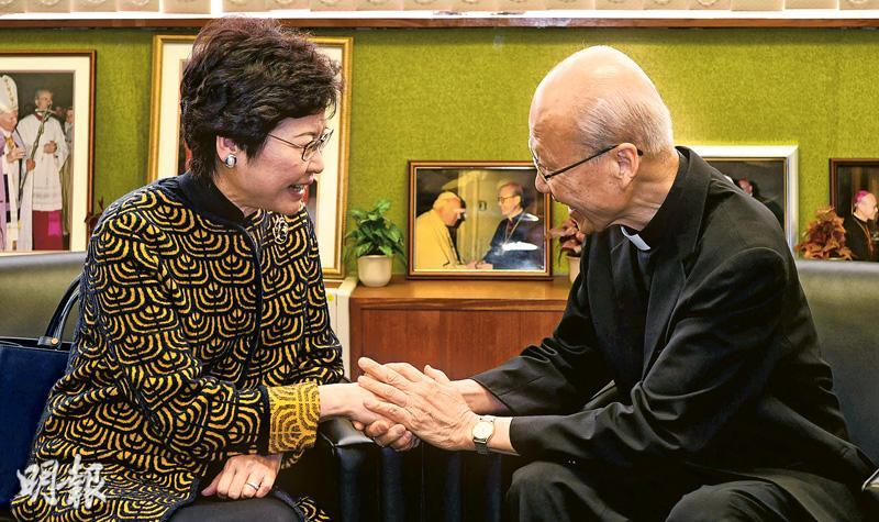 候任特首林鄭月娥(左)昨日拜會天主教香港教區主教湯漢樞機。湯漢期望林太盡心盡力為國家及香港服務。林太說,自小便在天主教教會學校就讀,多年來一直堅持實踐校訓「力行仁愛、實踐真理」,為他人服務。她表示,日後必定帶領政府繼續致力維護本港的核心價值,包括宗教信仰自由,並會與各宗教團體保持緊密聯繫,全力支持和協助各宗教團體的發展工作。林太曾表示,參選特首是因為受到天主的感召。她在競選期間曾在政綱提出設立宗教事務小組,協助宗教團體尋找土地興建教堂等,當時湯漢去信林太表明反對。林太隨即就事件致歉,表明當選後不會再跟進及研究設立小組。