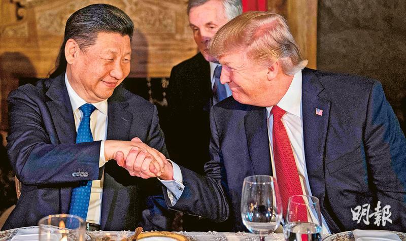 美國總統特朗普稱讚中國國家主席習近平是愛國愛民的「好人」。圖為本月初在美國佛羅里達州海湖莊園舉行首次「習特會」上,特朗普(右)與習近平(左)微笑握手。(資料圖片)