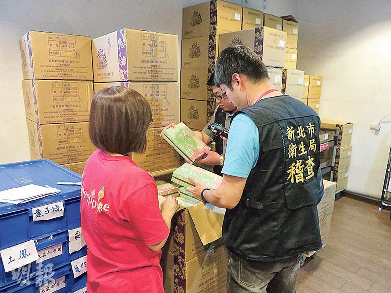 新北市府消保官10日會同衛生局至維格餅家工廠與倉庫查核。在消保官強烈要求下,該廠同意民眾持發票、購買證明或商品盒子退換貨。圖為衛生局人員稽查情形。(中央社 )