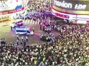 清遠民眾因不滿當局在飛來峽鎮建垃圾焚燒廠,擔心污染北江河流,數千人上街抗議。圖為9日晚警方與大批市民在市區內對峙。(網上圖片)