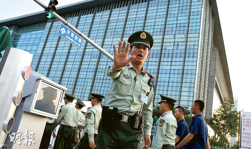 「一帶一路」國際合作高峰論壇明後兩天在北京舉行,美國和中國均宣布美國將會派出代表團出席。圖為峰會舉行前當局加強保安,國家會議中心門口的一名警察要求記者不要拍攝。(路透社)