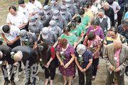 昨日是5.12汶川地震9周年,在四川成都建川博物館汶川大地震館內,當地民眾拿起朵朵鮮花,哀悼遇難者。 (中新社)