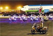 出席「一帶一路」高峰論壇的烏茲別克總統抵京,國賓護衛隊在機場迎接及為車隊開路。(網上圖片)