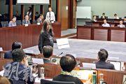 社民連梁國雄(黑衣站立者)去年11月在立法會一委員會會議上,因不滿政府回應,走到時任發展局副局長馬紹祥的座位前,奪去其桌上文件,結果被控告藐視立法會罪。(資料圖片)