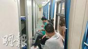 原定昨午3時15分開出前往北京的直通火車,因架空電纜斷裂,延誤至昨晚近8時才駛離紅磡站月台,乘客滯留近5小時。車廂一度沒電力供應,未能開燈及開空調,有乘客指十分焗促。圖為昨晚7時許,車廂恢復電力供應,乘客在車廂內等待開車。(讀者提供)
