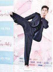 朴敘俊在新劇中扮演格鬥選手,記者會上即場擺出踢腿姿勢。