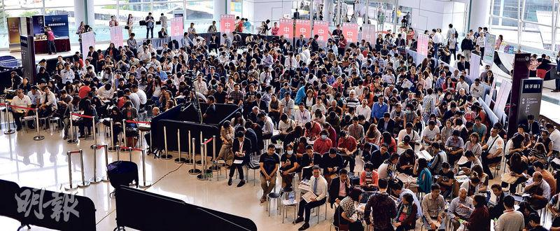 長實荃灣西新盤海之戀昨日首輪銷售496伙,在正式開售前,估計有逾千名準買家和代理,在紅磡置富都會售樓處外等候,人頭湧湧的情景令人聯想到1997年的景况。(馮凱鍵攝)