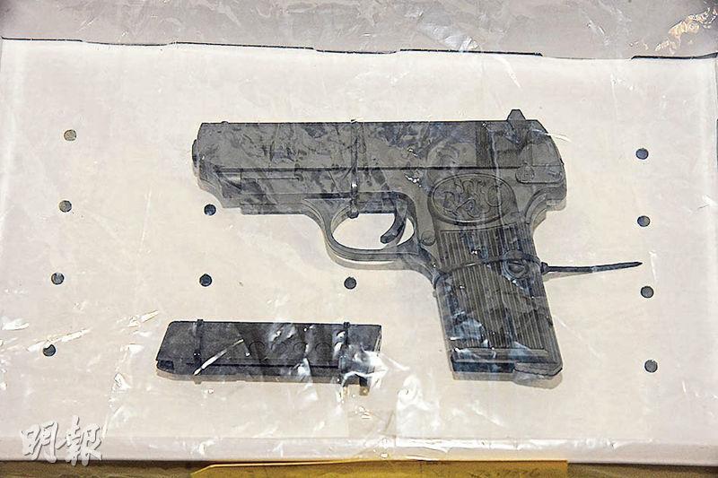 探員檢獲疑犯懷疑打劫便利店所持曲尺手槍,初步感覺「好假」,但仍需交軍火專家進一步檢驗。(蔡方山攝)